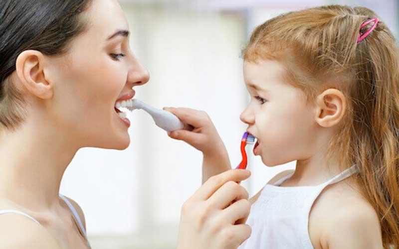 آموزش مسواک زدن و نخ دندان کشیدن